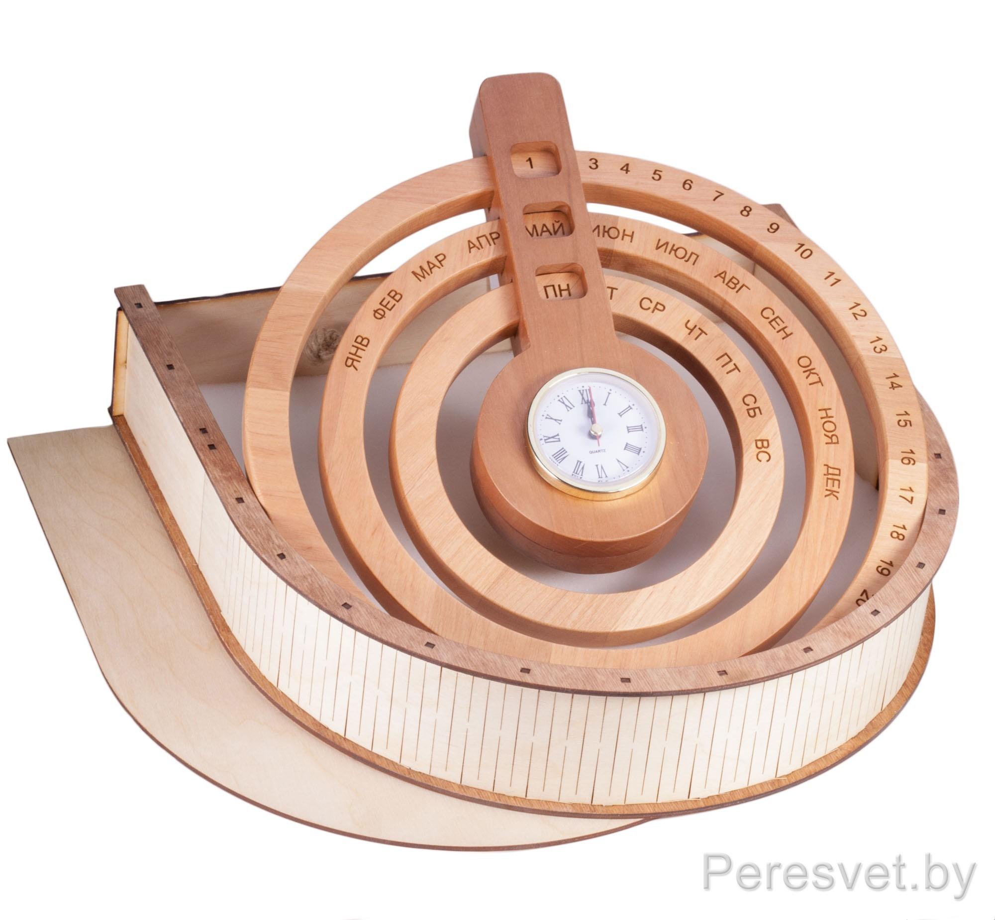 Вечный календарь из дерева с часами Круг Радогоста на peresvet.by